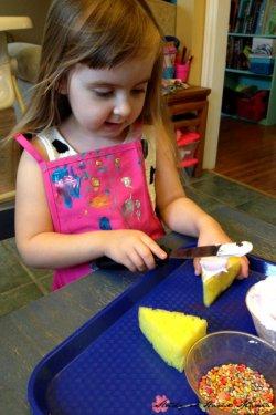 Простые поделки для детей 2-3 лет и сложные поделки для младших школьников. Игрушечные пирожные из поролоновой губки