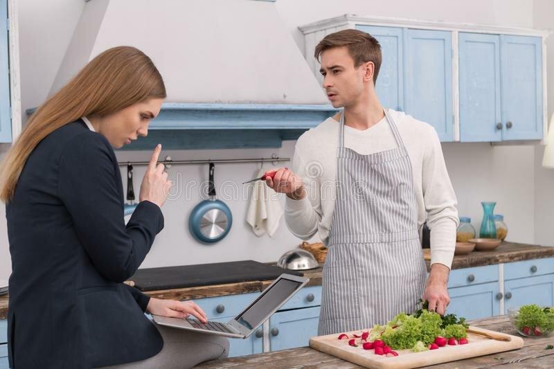 Почему жена-добытчица и муж домохозяин - это даже полезно для брака?