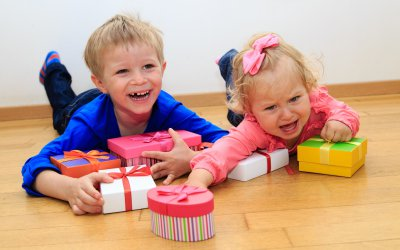 Воспитание детей. Как отучить ребенка от попрошайничества. Что делать, если ребенок вымогает подарки. как реагировать на детскую истерику в магазине.