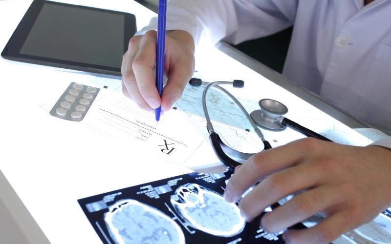 Могут ли судороги быть признаками серьезного заболевания. К какому врачу обратиться, если возникают судороги. Как отличить судорожный припадок от эпилептического.