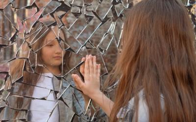 Внешность подростка. Как избавиться от подростковых комплексов, связанных с внешностью. Что делать, если ребенка дразнят в школе из-за внешности. Низкая самооценка подростка - как исправить.