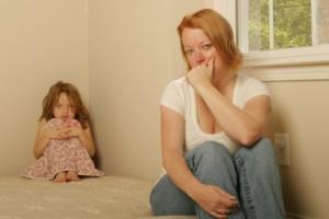 Мать спит сын снимает мать колготки дома не каво нету