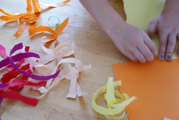 Гирлянды из крепированной бумаги своими руками