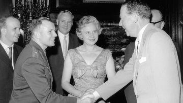 Юрий Гагарин с английской королевой Елизаветой второй