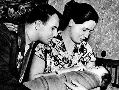Юрий Гагарин с женой и дочкой