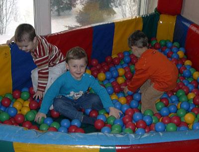 Максим, Артем и Матвей в сухом бассейне